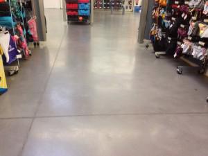 Pavimento continuo de hormigón pulido en gris